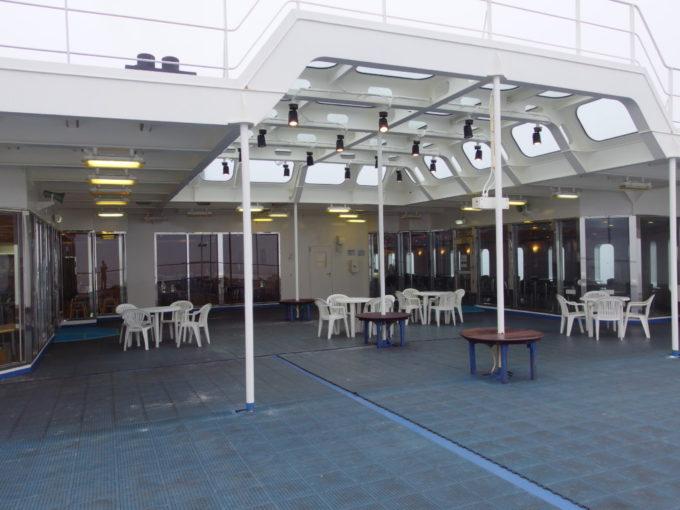 天窓の付いた屋根で雨をしのげる新日本海フェリーはまなすオープンデッキ