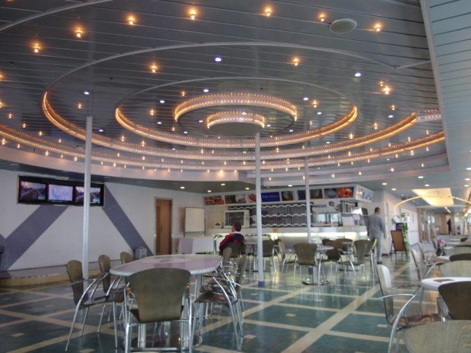 新日本海フェリーはまなす日中の明るいカフェ