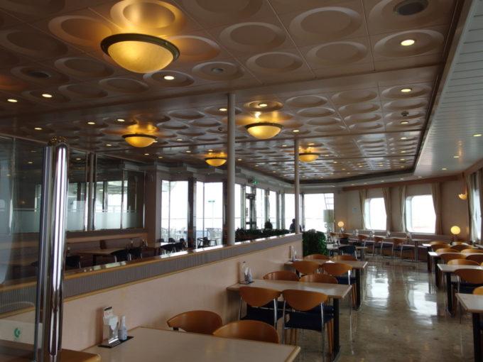明るい雰囲気の新日本海フェリーはまなすレストラン