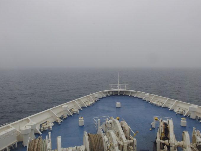 新日本海フェリーはまなすフォワードサロンから眺める鉛色の日本海と鋭い船首