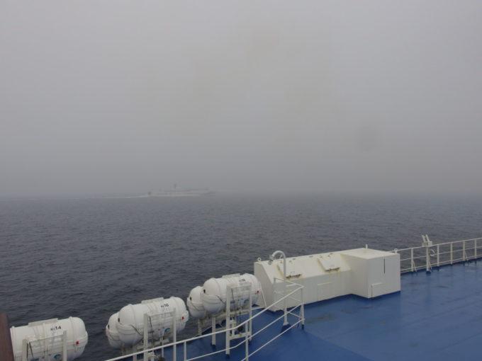 曇天の日本海で繰り広げられる新日本海フェリー姉妹船はまなすとあかしあのすれ違い