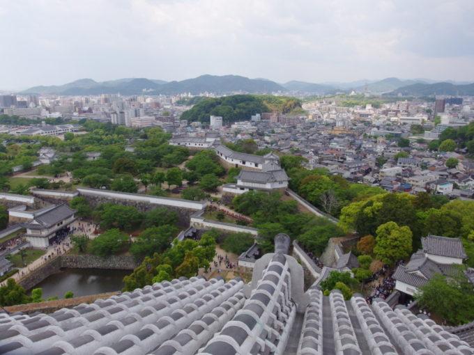 白鷺城瓦越しに眺める幾重にも連なる櫓