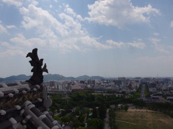姫路城天守閣平成の大改修を終えたしゃちほこ越しに眺める姫路の街
