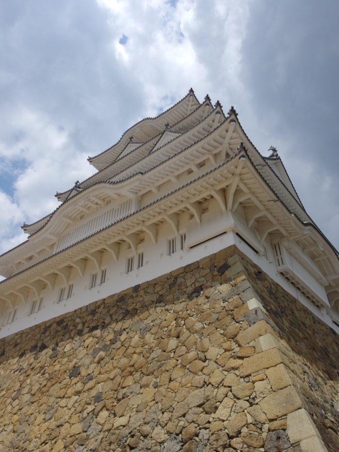 下から見上げる白鷺城の心地よい威圧感