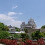 幾重にも重なる石垣に聳える白亜の姫路城