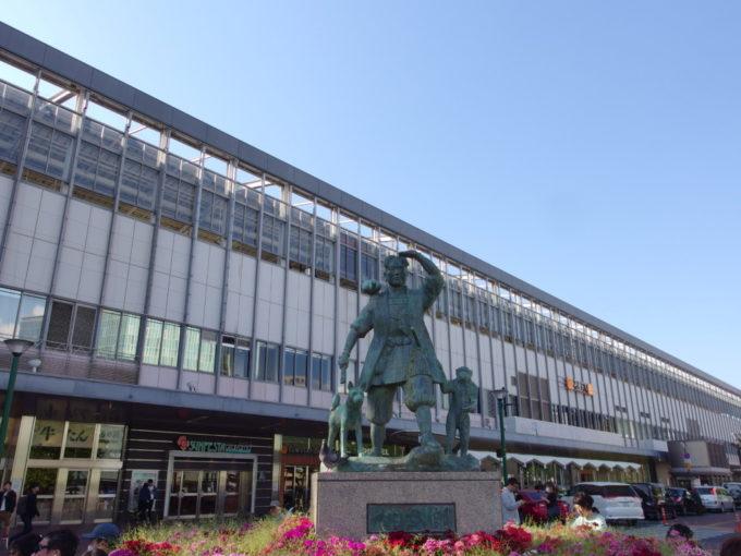 JR岡山駅前桃太郎の銅像