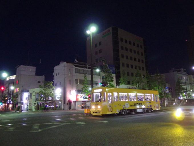 夜の岡山ほろ酔い気分で眺める岡山電気軌道の路面電車