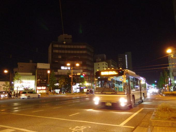 夜の岡山夜空に輝く宇野バスのマーカーランプ