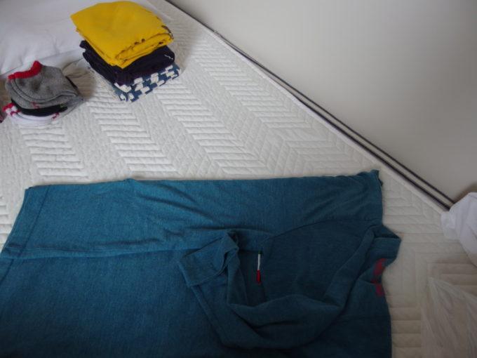 新日本海フェリーはまなすコインランドリーで洗濯した衣類を寝台で畳む