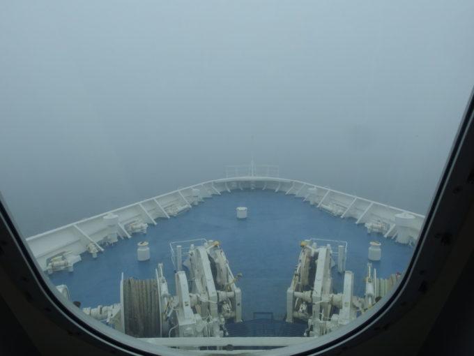 新日本海フェリーはまなす静かなフォワードサロンから眺めるゴールデンウィークの鉛色の日本海