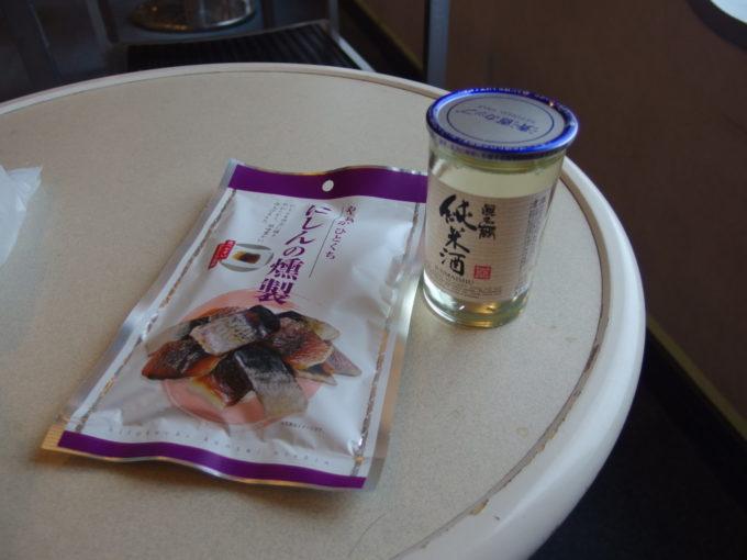 新日本海フェリーはまなす売店で購入したにしんの燻製と真名鶴純米酒ワンカップ