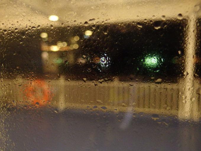 新日本海フェリーはまなす雨と潮に煙る窓