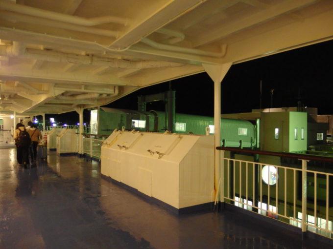 新日本海フェリーはまなす20時間を掛けた航海を終えデッキから下船する