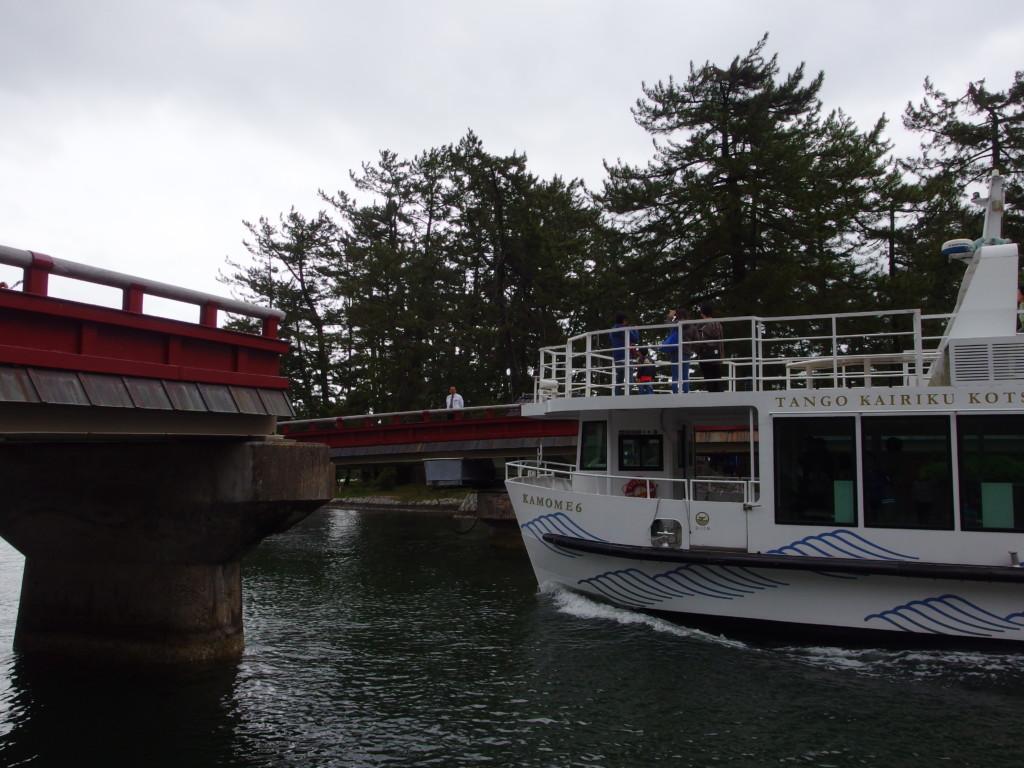 天橋立回旋橋の横を通る遊覧船