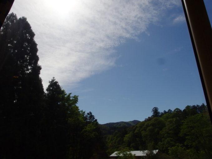 WILLERTRAINS京都丹後鉄道丹後あおまつ号車窓から見上げる初夏の青空