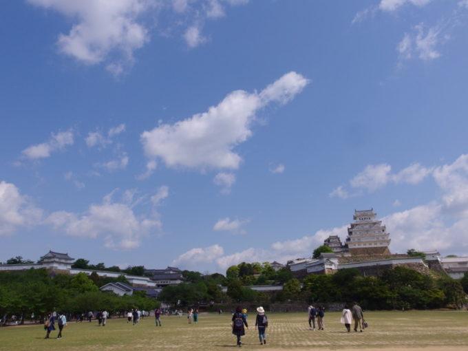 姫路城三の丸広場から眺める初夏の青空の下輝く白鷺城