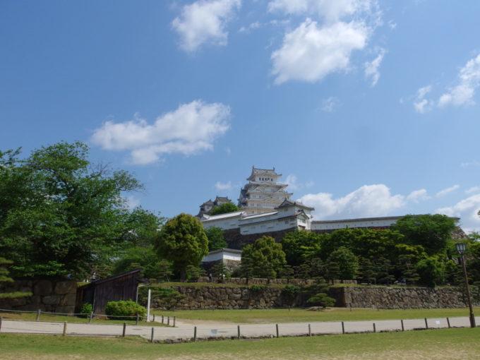 初夏の日差しを受け一層輝く改修後の姫路城