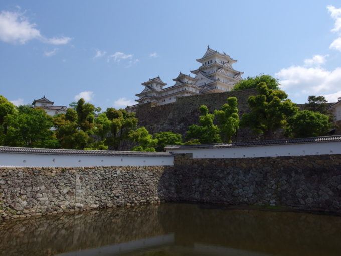 三国堀越しに眺める初夏の緑と白く輝く姫路城