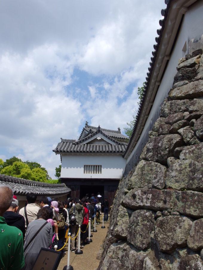 姫路城一気に幅の狭まるにの門