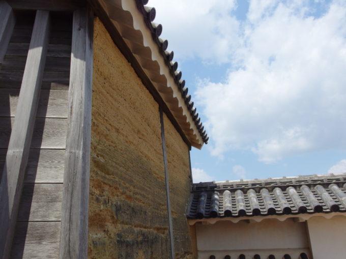 白い輝きに包まれる姫路城の中で異彩を放つ油壁
