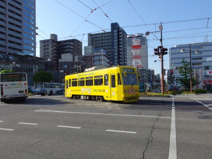 朝の岡山の街をのんびり走る岡電の路面電車