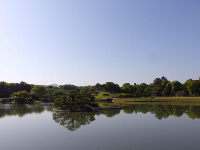 日本三名園後楽園沢の池越しに眺める烏城