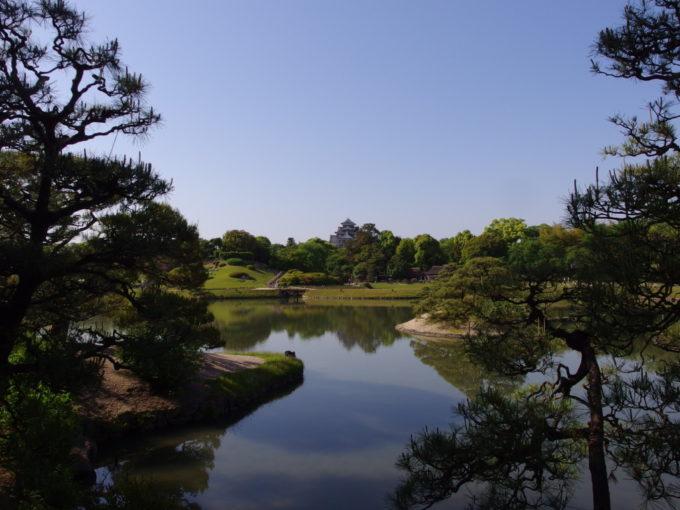 日本三名園後楽園松と池越しに望む岡山城