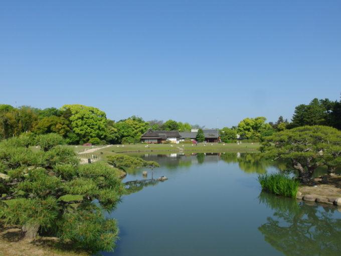日本三名園後楽園唯心山から仰ぐ広大な初夏の青空