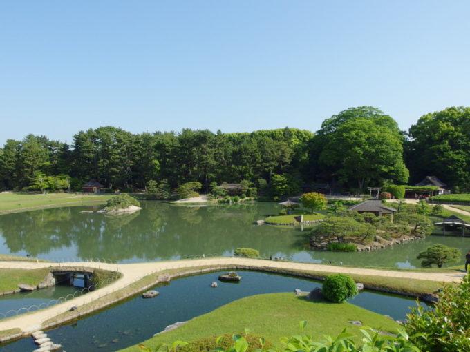 日本三名園後楽園唯心山より見下ろす沢の池