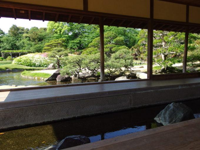 日本三名園後楽園大小の岩が配置された水路が中央を貫く流店