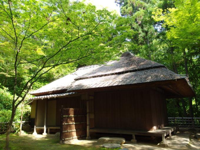 日本三名園後楽園鬱蒼とした木々に覆われる二色が岡に佇む茂松庵
