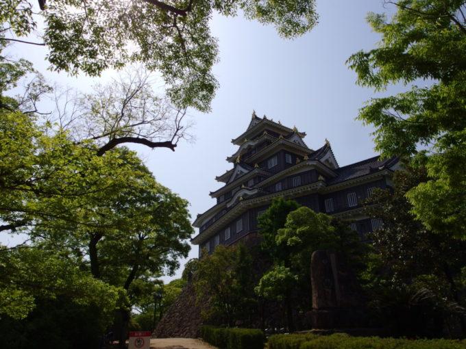 月見橋を渡りきり烏城公園の入り口から眺める岡山城