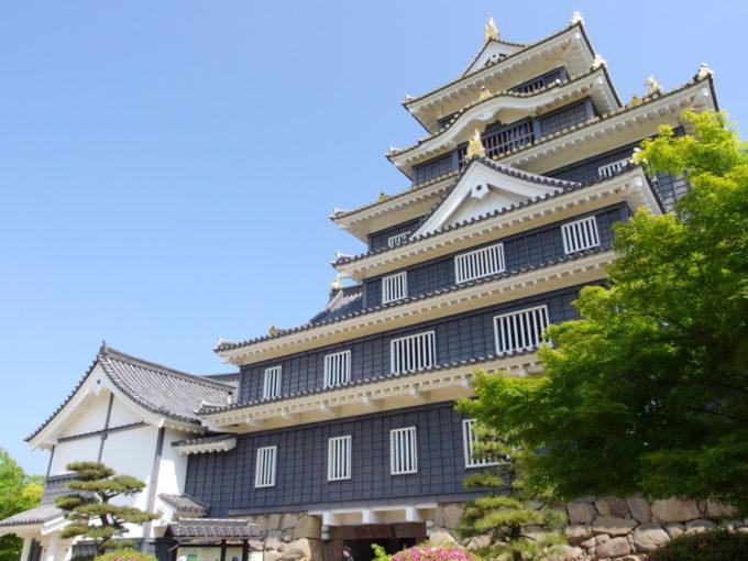 黒と白、金の対比が美しい岡山城