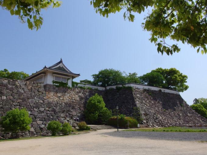 岡山城長く続く立派な石垣