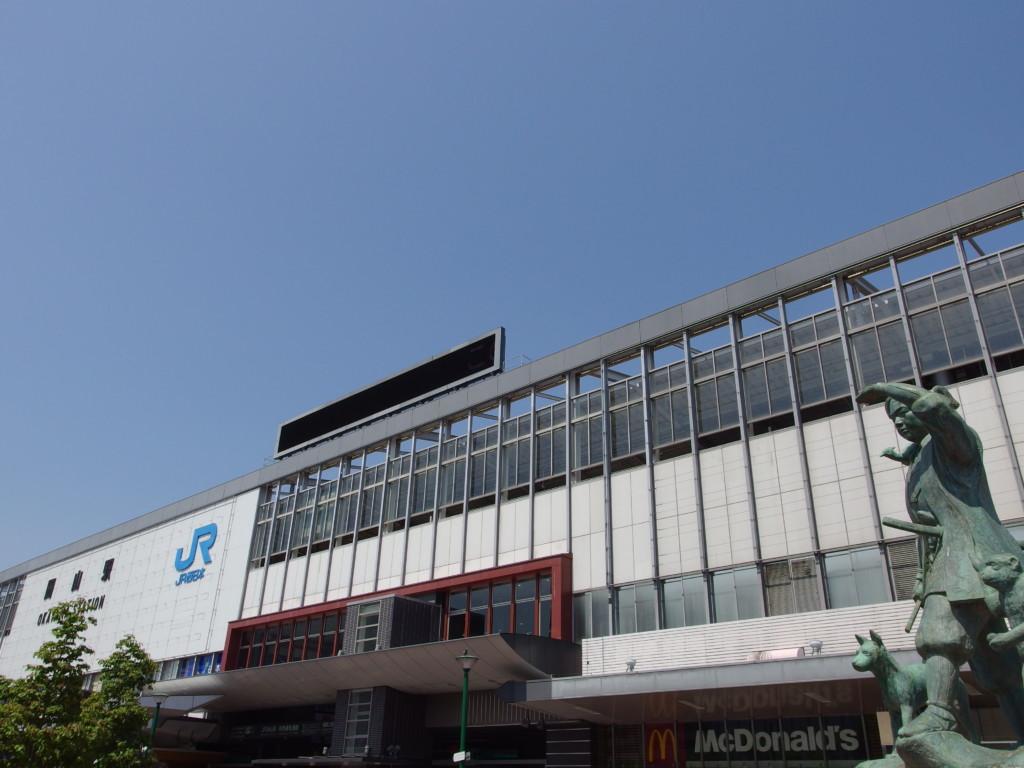 桃太郎の銅像越しに眺める岡山駅