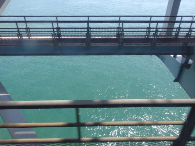 下が透け透けで海が見える瀬戸大橋線
