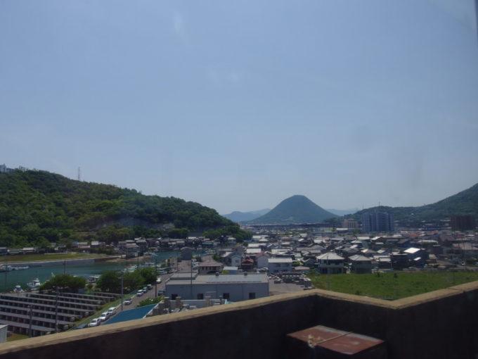 予讃線車窓から眺める讃岐富士