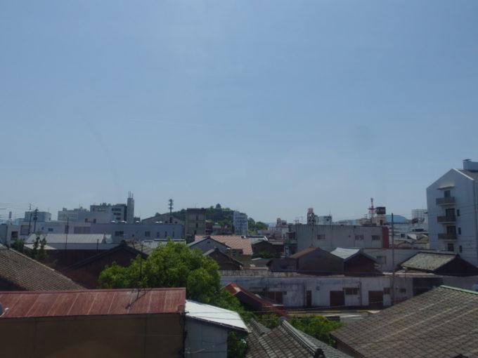 予讃線車窓に小さく写る丸亀城