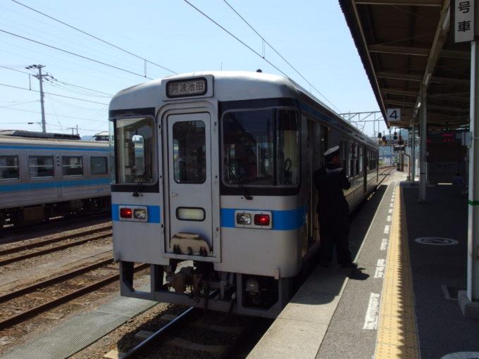 多度津で土讃線1000形阿波池田行き普通列車に乗り換え