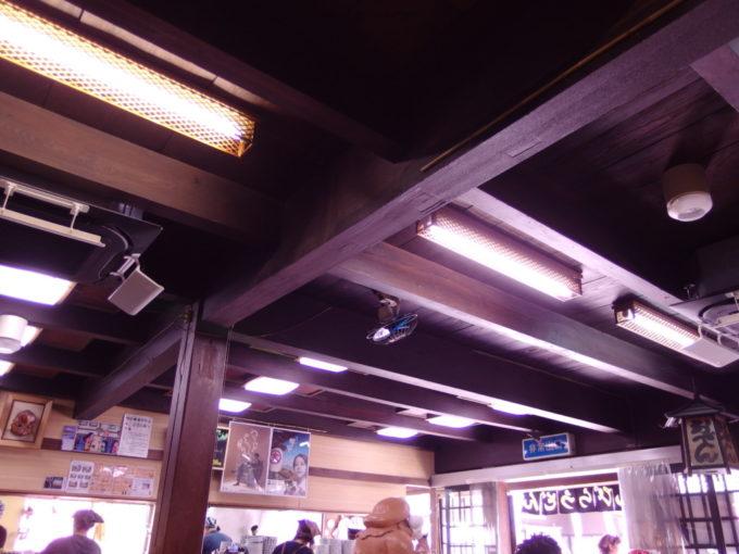 築百数十年の登録文化財旧旅館を利用したこんぴらうどん参道店本店内部