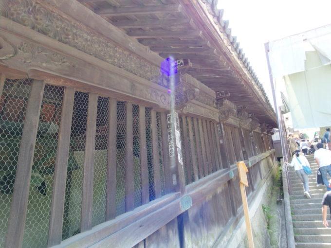 金刀比羅宮表参道石段に寄り添い建つ灯明堂