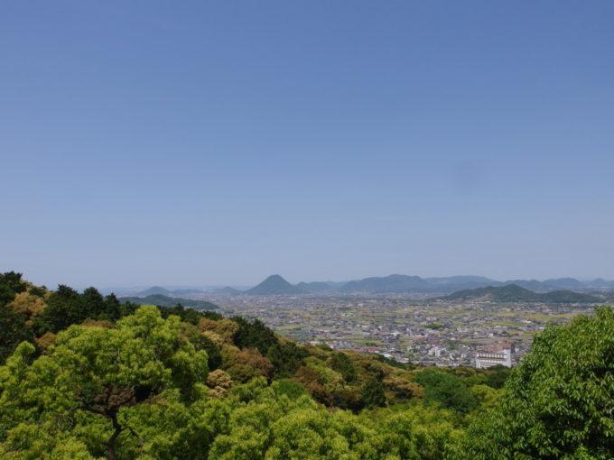 金刀比羅宮高台より望む讃岐平野と讃岐富士、瀬戸内海と瀬戸大橋