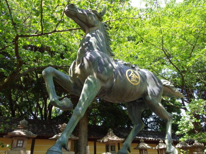 金刀比羅宮丸金マークの輝く馬の銅像