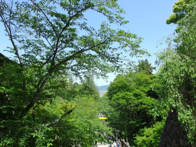 金刀比羅宮参拝を終え石段から望む初夏の新緑と讃岐平野