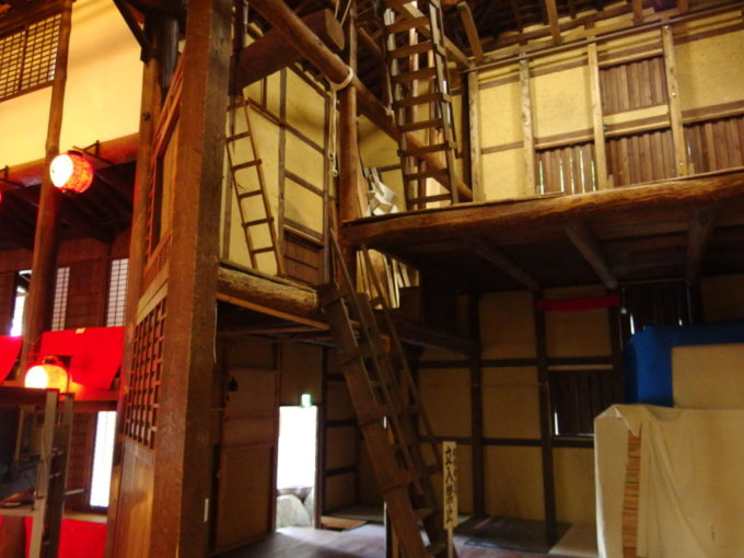 琴平旧金毘羅大芝居金丸座はしごのかけられた舞台裏