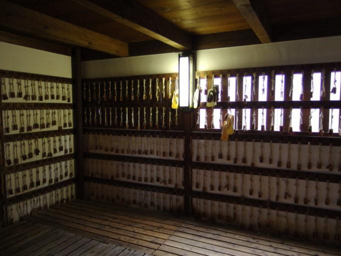琴平旧金毘羅大芝居金丸座ひもと木札の掛かる下足場