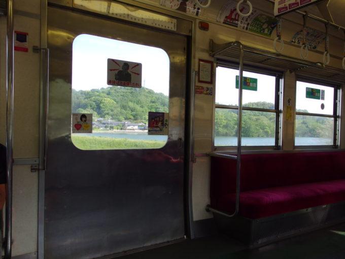 旧京王帝都5000系ことでん1100系車窓から眺める讃岐平野の鮮やかな緑と青いため池