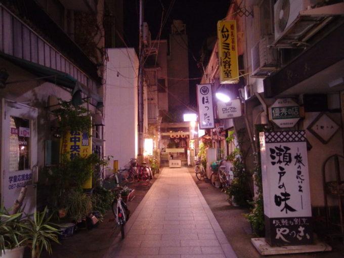 ほろ酔いで歩く夜の高松天神さんの鎮座するしっとりとした横丁