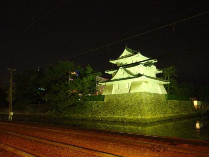 高松城跡玉藻公園に残る艮櫓とことでんの線路