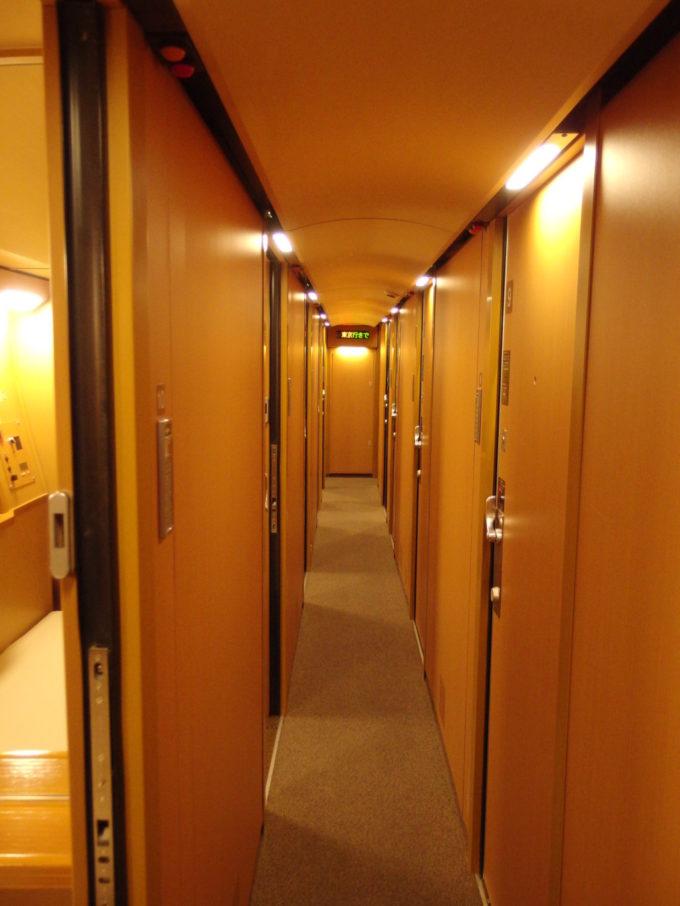 285系サンライズ瀬戸シングルの扉が並ぶ廊下